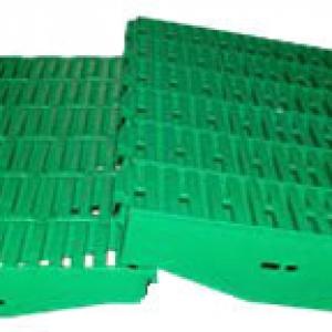 Пластиковые щелевые полы для доращивания Пластиковые полы для свиноферм, вид сбоку Щелевые полы для свиноферм Стеклопластиковые лаги для щелевого пола Пластиковые щелевые полы для животноводства Пластиковые щелевые полы для всех возрастных групп Стеклопла